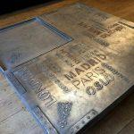 Table laquée à la base et ensuite customisé industrielle avec pochoirs en sur épaisseurs