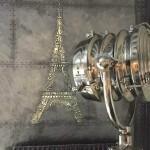 Tour Eiffel pochoir béton métallisé couché donc sur un mur métalisé imitant les plaques de ziinc