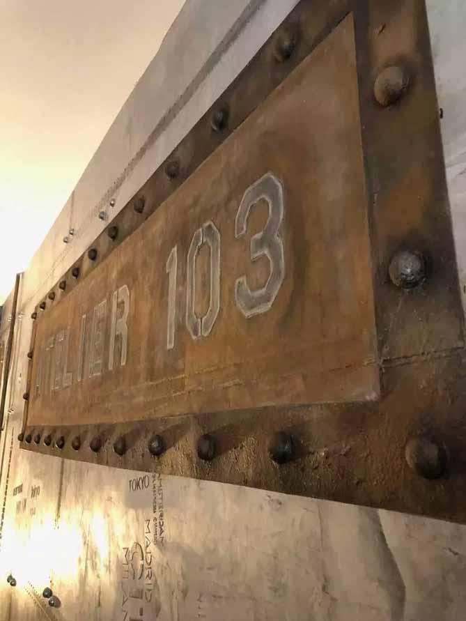 décoration bistrot style industriel plus enseigne publicitaire ancienne