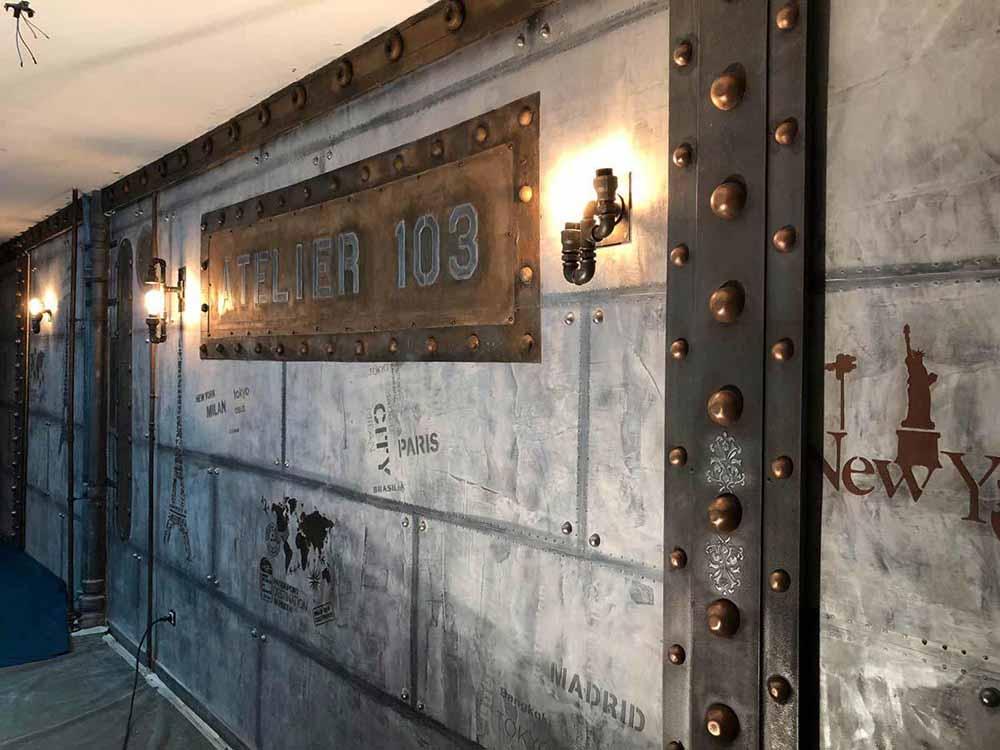 discothèque style industriel et enseigne relief avec murs métal et IPN style eiffel