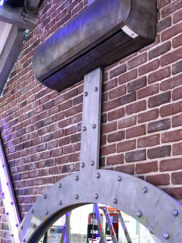 bars et pubs style industriel mur de bique et climatiseur métalisés