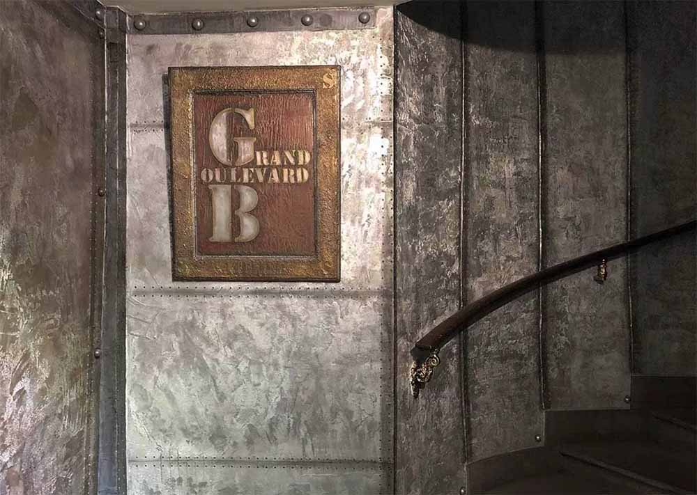 enseigne publicitaire ancienne sur bois et murs industriel
