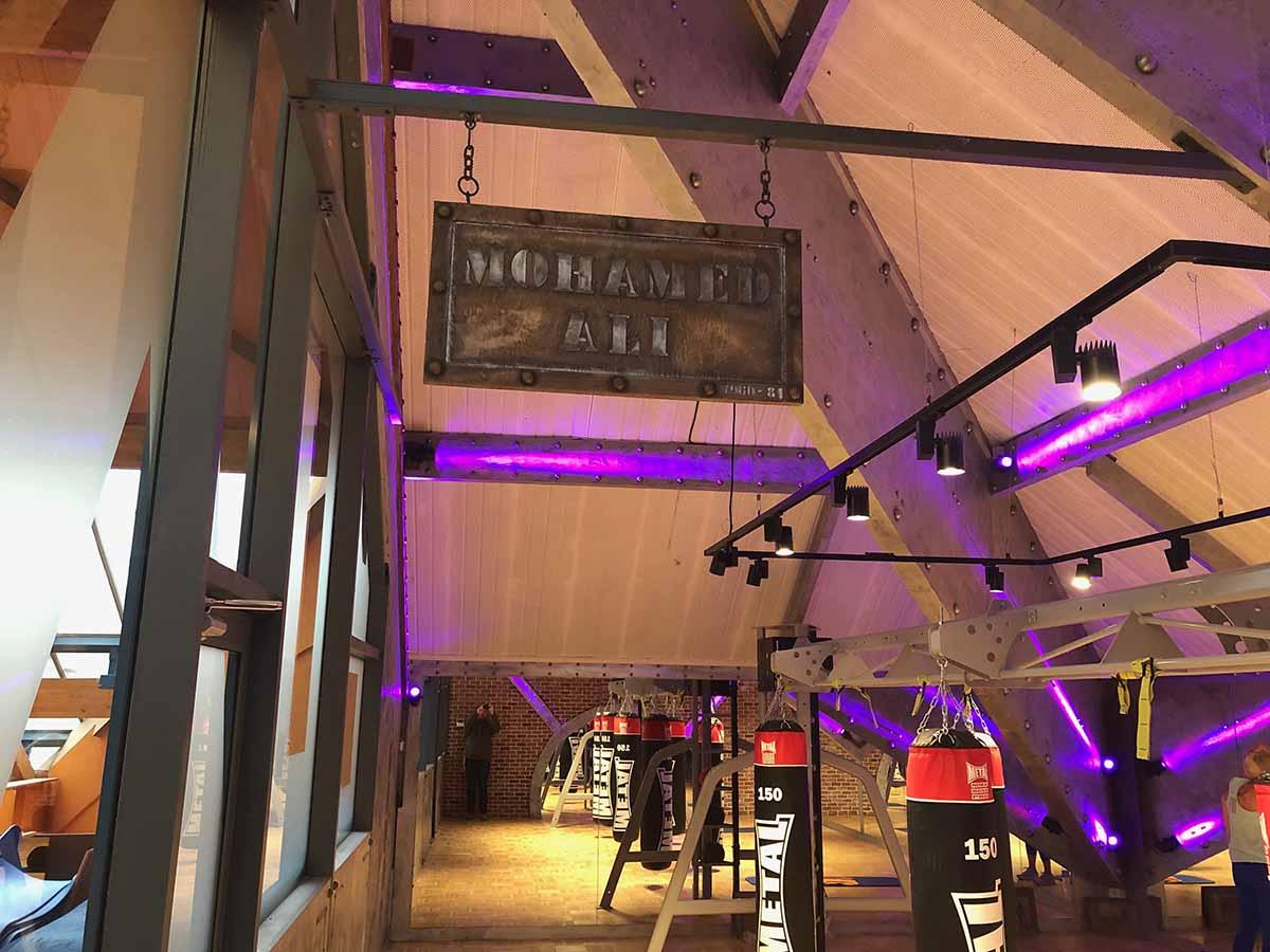 salle de sport style industriel avec panneau et murs métal