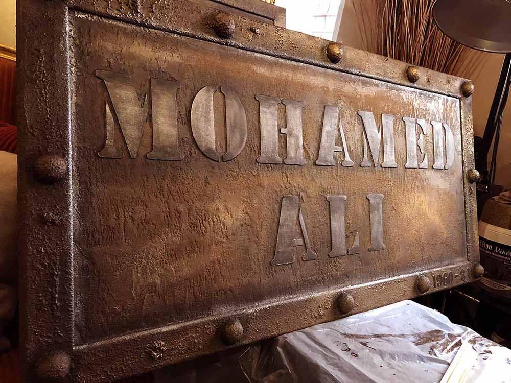 peintre décorateur trompe l'oeil métal avec enseigne publicitaire