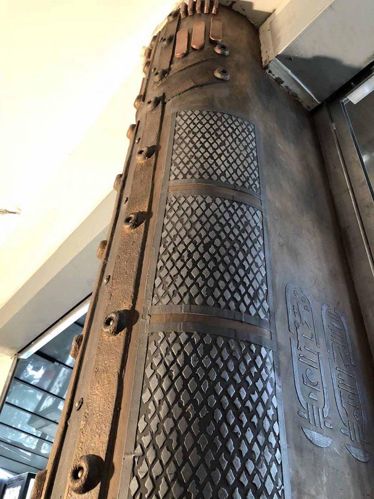 trompe l'oeil métal sur des murs style industriel avec colonne style eiffel