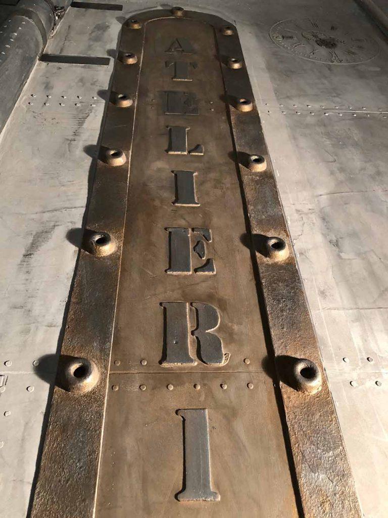 trompe l'oeil métal sur des murs style industriel avec enseigne