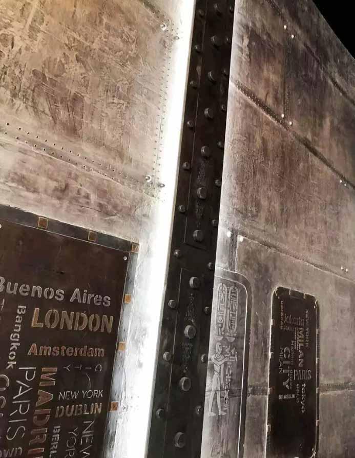 rénovation d'un hall d'immeuble ancien style industriel métallisé avec faux IPN style Eiffel et colonne customisée